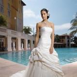 biała suknia ślubna Miss Kelly drapowana - moda 2012