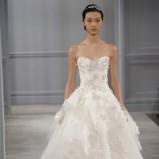 biała suknia ślubna Monique Lhuillier z kwiatami