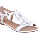 białe sandały CCC z kwiatami - wiosna/lato 2011