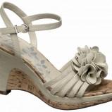 białe sandały Deichmann z kwiatem na koturnie - z kolekcji wiosna-lato 2011