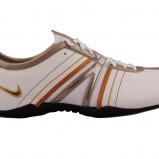 białe trampki Nike - trendy jesienne