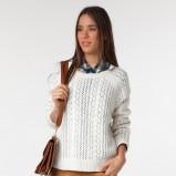 biały sweter Bershka - trendy zimowe