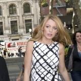 Blake Lively w biało-czarnej sukience
