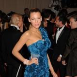 Blake Lively w niebieskiej sukience mini