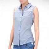 błękitna koszula Stradivarius bez rękawów - trendy letnie