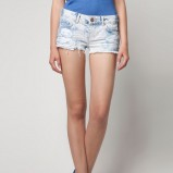błękitne szorty Bershka z przetarciami - lato 2012