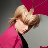 Blond fryzura z grzywką