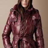 błyszcząca kurtka Burberry z paskiem w kolorze bordowym - kolekcja jesień-zima 2012/2013