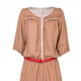 brązowa sukienka Stradivarius we wzory - trendy wiosna-lato