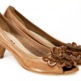 brązowe pantofle Venezia z kwiatem - trendy wiosna-lato