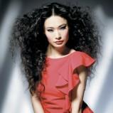 bujne loki na długich włosach