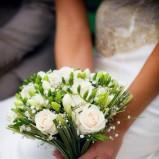 Bukiecik ślubny z białych róż