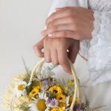 Bukiet ślubny z polnych kwiatów i zbóż