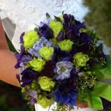 Bukiet z niebieskich i zielonych kwiatów