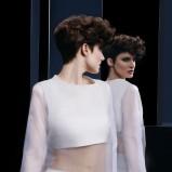 Camille Albane - krótkie, kręcone włosy