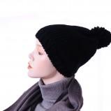 ciepła czapka Grey Wolf w kolorze czarnym - modne dodatki 2012/13