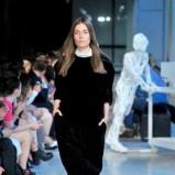 czarna sukienka Deni Cler aksamitna - pokaz jesienno-zimowy 2013/2014