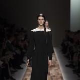 czarna sukienka Valentino z długam rękawem - trendy na jesień i zimę 2013/14