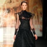 czarna suknia ślubna Yolan Cris z koronką z długam rękawem