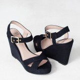 czarne na koturnie sandałki Pull and Bear - obuwie na lato 2013