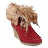 czerwone botki z futerkiem - trendy na jesień-zimę