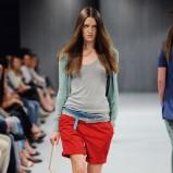 czerwone szorty United Colors of Benetton z paskiem - lato 2011
