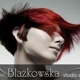 Czerwone włosy z wywiniętą grzywką