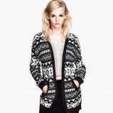 długi sweter H&M we wzorki - zimowa moda