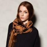 Dodający uroku szal Pull and Bear we wzory w kolorze brązowym - jesień-zima 2012/2013