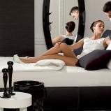 Eleganckie łóżko w kolorze snieżnej bieli i intensywnej czerni od Kler -stylowa sypialnia 2013