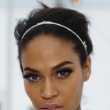 elegancko i gładko upięte włosy - srebrna opaska  - modne fryzury