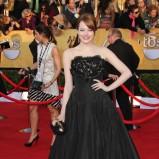 Emma Stone w czarnej sukience w stylu lat 50.