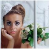 fascynator ślubny marArt z kwiatami
