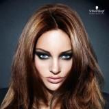 Fryzura s przedziałkiem - włosy średnie, brązowe