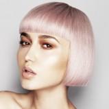fryzura w kolorze platynowego blondu - trendy fryzjerskie