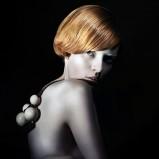 fryzura z grzywką na bok  - modne fryzury