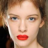 intensywnie czerwone usta - Prada