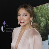Jennifer Lopez w ciemnym makijażu ust