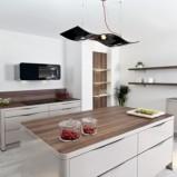 Klasyczne meble kuchenne w kolorze połyskującej bieli -inspiracje 2013