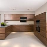 Klasyczne meble kuchenne w kolorze średniego brązu -inspiracje 2013