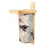 Klasyczny drewniany domek dla ptaków imitujący pień drzewa -jesienne pomysły do ogrodu