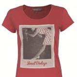 koralowy t-shirt Troll z nadrukiem - trendy na jesień