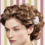 Kręcone włosy z kwiatkiem - L'Oreal Professionnel
