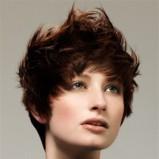 krótka rozwirzchona fryzura