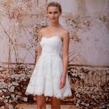 Krótka sukienka ślubna z odkrytymi ramionami