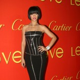 krótkie czarne włosy z prostą grzywka - Rihanna  - trendy fryzjerskie 2012/2013