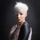 Krótkie włosy z asymetryczną grzywką w kolorze blond