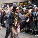 Lady Gaga - przezroczysta kreacja i krzyż we włosach