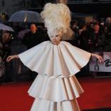 Lady Gaga - w białej warstwowej kreacji i w masce