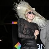 Lady Gaga - w czarnej sukni i w kapeluszu z włosów
